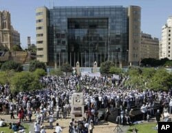 Palestinians gather in front of the United Nations building during a protest to demand civil rights for Palestinians refugees, in Beirut, Lebanon, June 27, 2010.