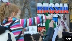 Участники демонстрации против режима Асада перед штаб-квартирой ООН в Нью-Йорке. Вторник, 31 января