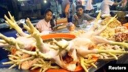 Penjual daging ayam di sebuah pasar di Jakarta Selatan. (Foto: dok)