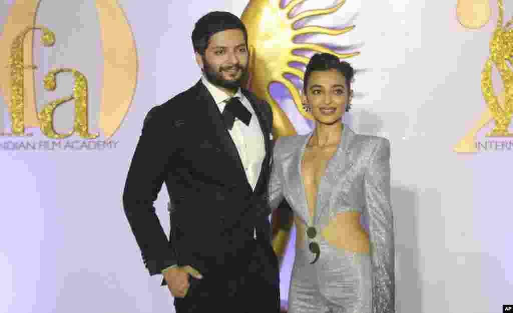 رادیکا آپته (راست) بازیگر ۳۴ ساله هندی در کنارعلی فضل بازیگر ۳۲ ساله که پیشتر در فیلم «سریع و خشمگین ۷» بازی کرده بود. مراسم جوایز آکادمی بینالمللی فیلم هند از دو روز دیگر در بمبئی برگزار می شود.