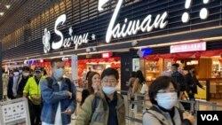台北桃园机场出境区戴口罩的民众(美国之音许宁拍摄,2020年1月24日)