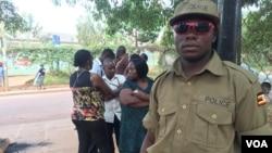 Para petugas Pemilu menunggu kedatangan para pemilih di sebuah TPS di Mulago, Kampala, Uganda (18/2).