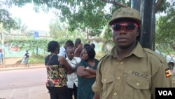 乌干达选民在坎帕拉的一个投票站外排队等候投票 (2016年2月18日)