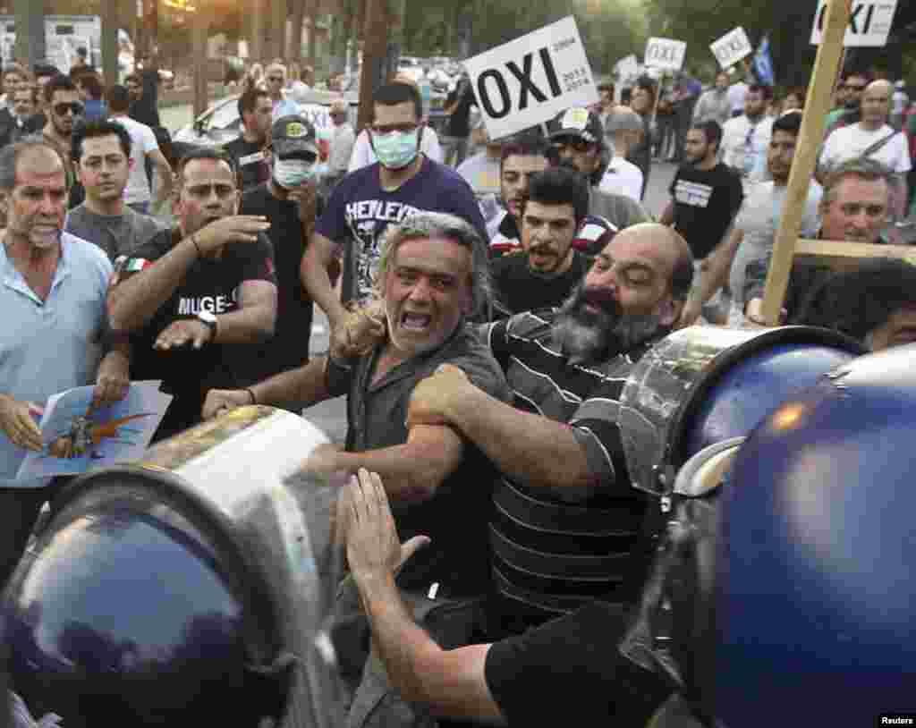 Sukob policije i demonstranataDemonstrators ispred zgrade kiparskog parlamenta u Nikoziji, nakon što su poslanici prihvatili finansijski sporazum sa EU o otkupu kiparskih dugova.