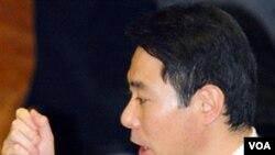 Menteri Luar Negeri Jepang Seiji Maehara menolak mundur sukarela dan menyerahkan keputusan nasib jabatannya pada PM Naoto Kan.