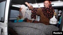 Para perempuan menangisi jenazah kerabat mereka, Farzana Parveen, yang dirajam hingga tewas, di Lahore (27/5). (Reuters/Mohsin Raza)
