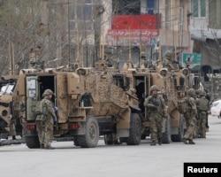 کابل پر ایک دہشت گرد حملے کے بعد نیٹو فوجی علاقے میں موجود ہیں۔ 25 مارچ 2021