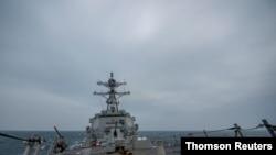 11일 미국 해군의 '존핀' 미사일 구축함이 타이완 해협을 통과하고 있다.