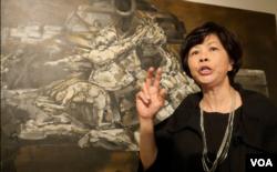 洛杉磯的美術教授龐櫻欣賞莫鴻勳(美國之音國符拍攝)
