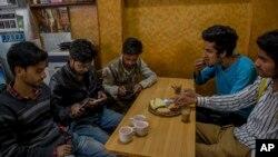 پاکستان کے زیر انتظام کشمیر کے لوگ لائن آف کنٹرول کے اُس پار آباد اپنے بھائیوں کی حالت زار پر فکر مند ہیں۔ (فائل فوٹو)