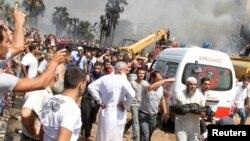 Một trưởng lão người Sunni ôm xác cháy đen bước ra khỏi một trong 2 nhà thờ Hồi giáo bị đánh bom ở Tripoli, Li băng, 23 tháng 8, 2013.