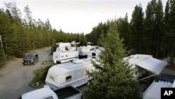 미국 와이오밍 주 옐로스톤 국립 공원에 서 있는 RV들