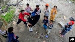 Anak-anak pengungsi Suriah bermain di Sidon, Lebanon. (AP/Mohammed Zaatari)