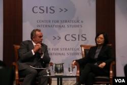民进党主席蔡英文与前美国亚太助卿坎贝尔对谈(美国之音钟辰芳拍摄)