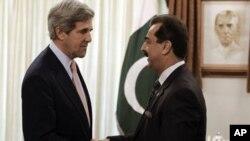 Wakilin A Majalisar Dattijan Amurka John Kerry,yake hanu da PM Pakistan Yusuf Reza Gelani.