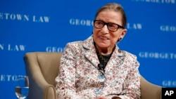Sudija Vrhovnog suda Ruth Bader Ginsburg odgovara na pitanja studenata prve godine prava na univerzitetu Georgetown, 26. septembra 2018.