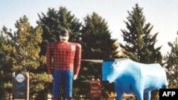 """Tượng của anh thợ rừng Paul Bunyan và con bò xanh trung thành tên """"Babe"""""""