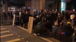 2019-08-05 美國之音視頻新聞: 香港大罷工在週一晚再度演變成衝突 (1)
