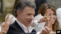 후안 마누엘 산토스 콜롬비아 대통령이 2일 실시된 평화협정 국민투표에서 투표한 후 승리를 상징하는 'V' 자를 그려보이고 있다.