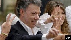 Tổng thống Colombia Juan Manuel Santos ra dấu hiệu hình chữ V (chiến thắng) sau khi bỏ phiếu trong cuộc trưng cầu dân ý hôm 2/10.