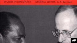 "Capa do livro de Herman Cohen ""Intervening in Africa"", publicado em 2000"