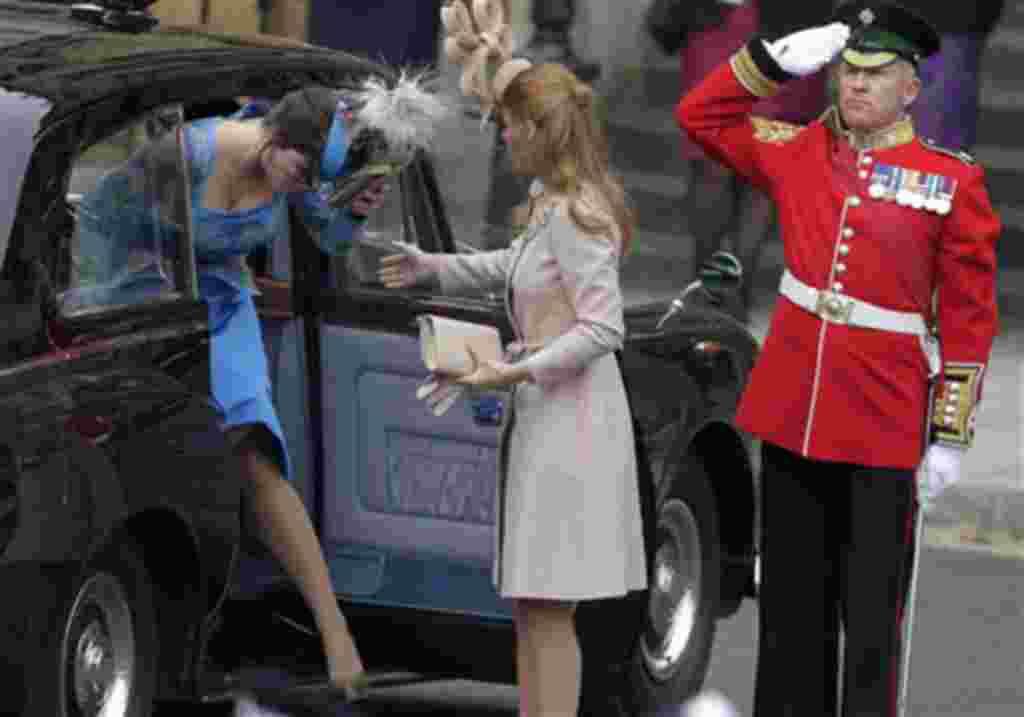 La princesa Beatriz de Gran Bretaña, a la derecha, y la princesa Eugenia, de Gran Bretaña, llegan a la Abadía de Westminster.