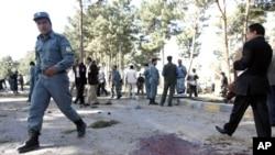 Cảnh sát Afghanistan tới hiện trường vụ đánh bom tự sát ở tỉnh Herat, 10/4/2012.