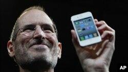 图为史蒂夫.乔布斯去年6月7日在加州旧金山举行的苹果全球开发商大会上手握iPhone 4