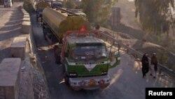Xe vận tải chở hàng tiếp liệu cho lực lượng NATO ở Afghanistan đậu dọc theo xa lộ sau khi Pakistan đóng cửa biên giới tháng 11 năm 2011