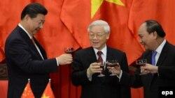 Từ trái: Chủ tịch Trung Quốc Tập Cận Bình, Tổng Bí thư Đảng Cộng sản Nguyễn Phú Trọng, và Thủ tướng Việt Nam Nguyễn Xuân Phúc.