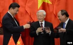 Trong quan hệ phức tạp giữa hai đảng Cộng sản láng giềng Việt Nam – Trung Quốc, tân thủ tướng Nguyễn Xuân Phúc lại được kỳ vọng phải đưa chính quyền về lại với nguyên tắc lãnh đạo đồng thuận của đảng Cộng sản.