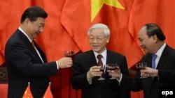 Chủ tịch Tập Cận Bình (bên trái), Tổng Bí thư Việt Nam Nguyễn Phú Trọng và Thủ tướng Việt Nam Nguyễn Sinh Phúc.