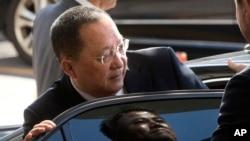 Menteri Luar Negeri Korea Utara Ri Yong Ho bergegas masuk ke sebuah mobil di Bandara Internasional Beijing, China, 19 September 2017. (Foto: dok).