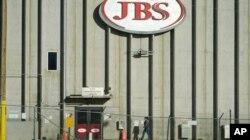 El gigante empacador de carne JBS dijo que su planta canadiense de carne de res ya había reanudado la producción y que el ataque no afectó sus operaciones en México o Gran Bretaña.