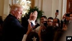El presidente Donald Trump habla con asistentes a un evento en la Casa Blanca por el Mes de la Herencia Hispana, donde hizo alusión a Cuba, Venezuela, Puerto Rico y México. Oct. 6, 2017.