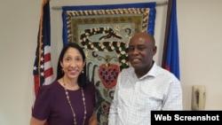 Anbasadè Ameriken ann Ayiti, Michele Sison (agoch) ki te rankontre ak responsab Rezo Nasyonal Defans Dwa Ayisyen (RNDDH) Pierre Esperance (adwat). Foto: Paj Twitter Anbasad Etazini ann Ayiti.