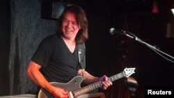 Guitarist Eddie Van Halen performs during a private Valen Halen show to announce the band's upcoming tour at Cafe Wha? in New York January 5, 2012. REUTERS/Lucas Jackson (UNITED STATES - Tags: ENTERTAINMENT)