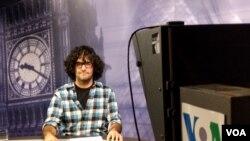 بابک انوری در استودیوی صدای آمریکا در لندن