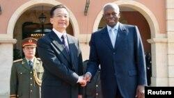 Primeiro-ministro chinês Wen Jiaobao, com José Eduardo dos Santos em Luanda