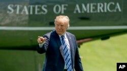 امریکہ کے صدر ڈونلڈ ٹرمپ ہیلی کاپٹر سے نکلنے کے بعد وائٹ ہاؤس کی جانب بڑھ رہے ہیں (فائل فوٹو)