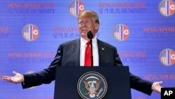 미북정상회담이 열린 12일 싱가포르 센토사섬 카펠라호텔에서 미국 도널드 트럼프 대통령이 기자회견을 하고 있다.