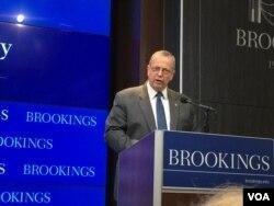 """担任过打击""""伊斯兰国""""国际联盟总统特使的美国上将艾伦在华盛顿智库布鲁金斯学会发表演讲(2016年7月13日,美国之音莉雅拍摄)"""