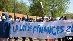 Des manifestants marchent avec une banderole pour protester contre la loi de finances 2018, à Niamey, Niger, le 14 janvier 2018.