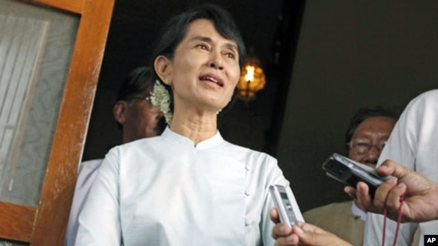 Myanmar pro-democracy leader Aung San Suu Kyi talks to reporters after meeting with U.S. Senator John McCain (R-AZ) at her home in Yangon June 2, 2011 (file photo)