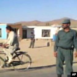 阿富汗警察呆立路边不知查车