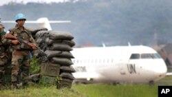 Des casques bleus patrouillent à l'aéroport de Goma, Nord-kivu, RDC, le 23 mai 2013