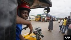 Un camion est vu à l'arrêt à la douane de Noé, une ville frontalière entre la Côte d'Ivoire et le Ghana où les résidents n'ont pas pu traverser en raison de la pandémie de COVID-19 le 22 septembre 2021.