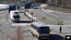 북한 예술단 선발대를 태운 버스가 지난 5일 경의선 육로를 통해 남측으로 입경하고 있다.