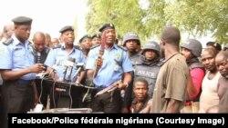 La police fédérale nigériane présente des armes récupérées des mains des bandits à son siège Minna, dans l'Etat du Niger, 24 janvier 2018. (Facebook/Police fédérale nigériane).