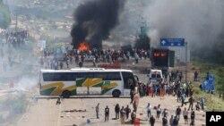 Demonstrasi para guru di Asuncion Nochixtlan, Meksiko berubah menjadi kekerasan hari Minggu (19/6).